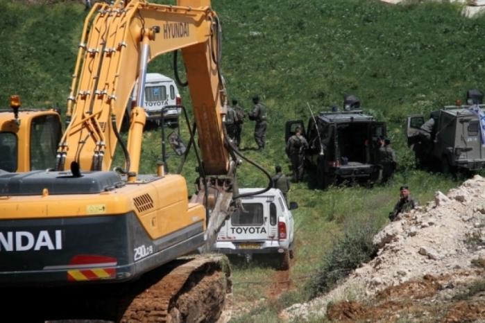 الاحتلال يهدم بركسا ويجرف اراضٍ زراعية في بيت أمر شمال الخليل
