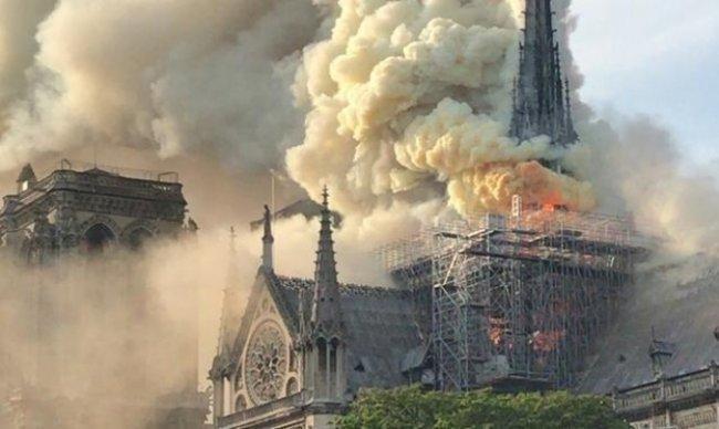 باريس: النيران تأتي على كاتدرائية نوتردام وانهيار برجها التاريخي