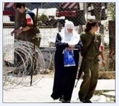 قوات الاحتلال تعتدي على والدة معتقل خلال محاكمته