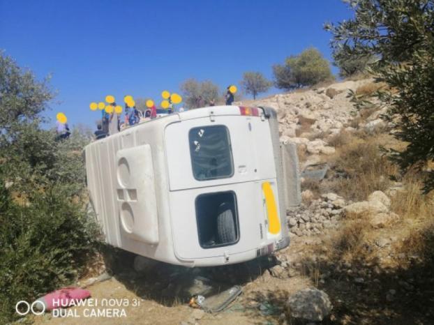إصابة 20 طالباً ومعلمة وسائق بانقلاب مركبة شرق بيت لحم