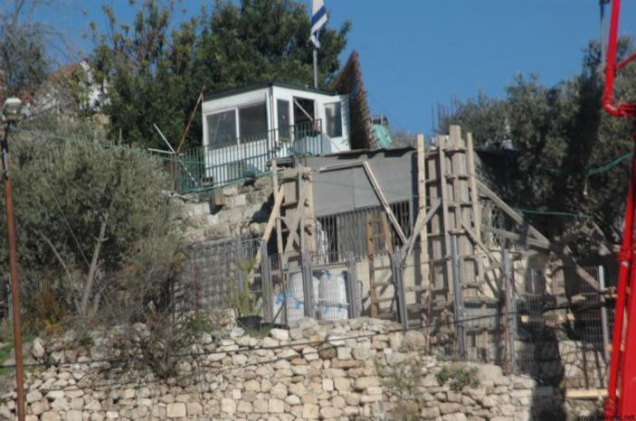 مواطنون يزيلون أساسات غرفة أقامها مستوطنون شرق بيت لحم