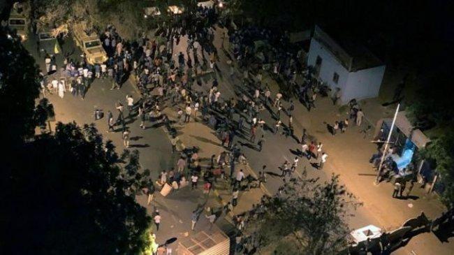 مقتل 5 وإصابة العشرات بالرصاص في ساحة الاعتصام بالخرطوم