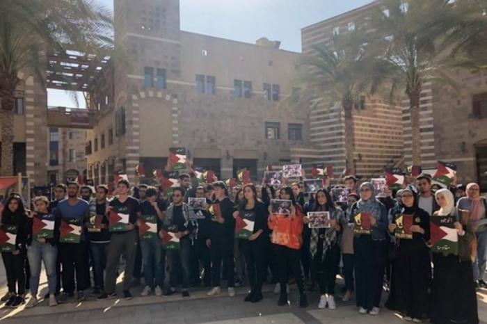 طلبة في الجامعة الأمريكية بالقاهرة يقاطعون ندوة لسفيرين أمريكيين سابقين ويهتفون ضد الاحتلال