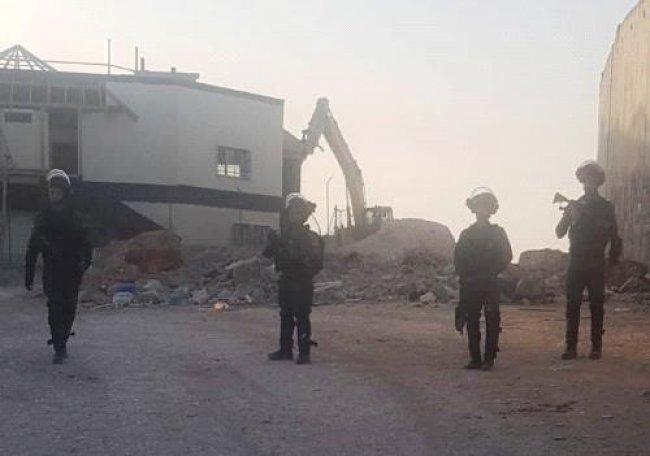 الاحتلال يقوم بعمليات هدم واسعة في محيط حاجز قلنديا شمال القدس