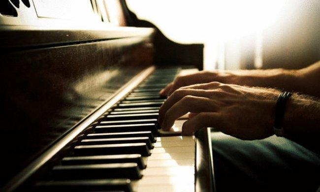 بالفيديو : شيخ يعزف الموسيقى ويثير الجدل في لبنان