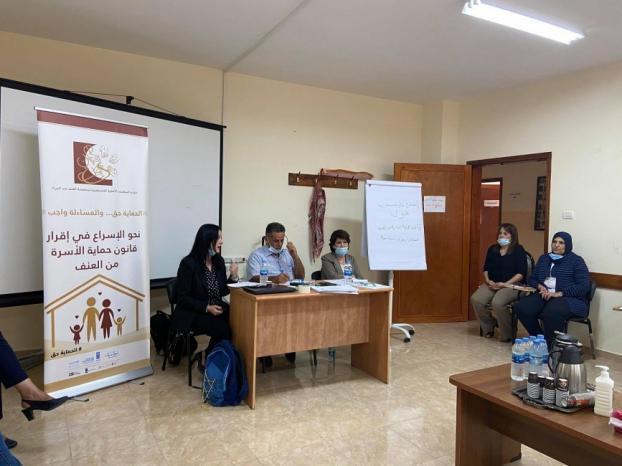 مركز المرأة للإرشاد القانوني والاجتماعي وجمعية مدرسة الأمهات يعقدان ورشة عمل لمناقشة قانون حماية الاسرة من العنف في نابلس
