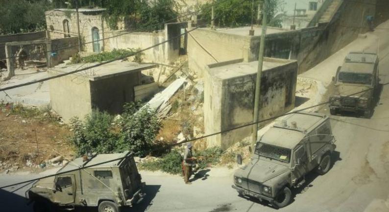 الاحتلال يداهم عمارة سكنية في الخليل