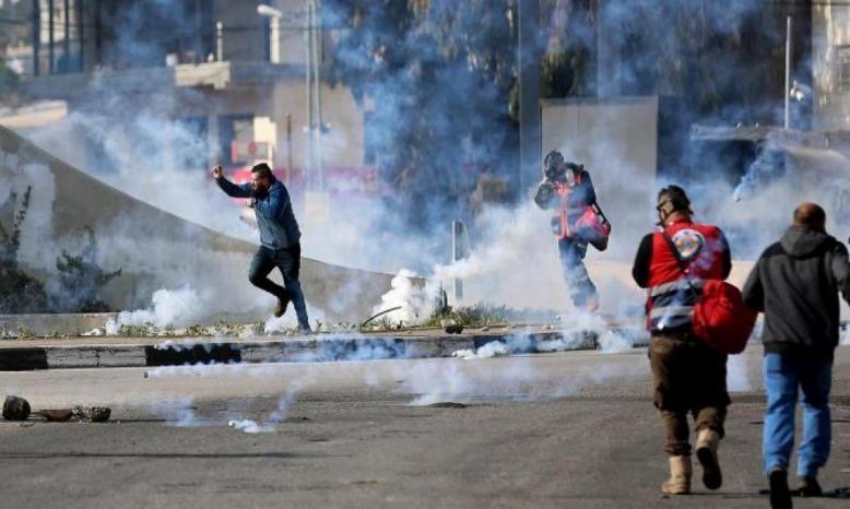 إصابات بالاختناق عقب إطلاق الاحتلال قنابل غاز داخل بناية سكنية في مخيم العروب