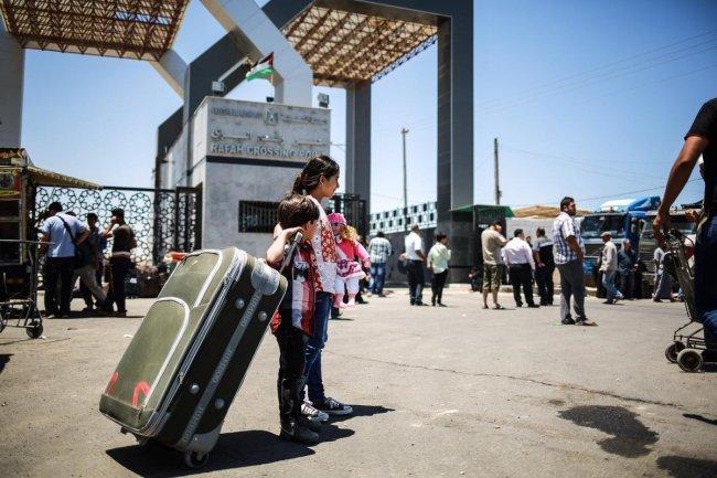 السفارة الفلسطينية في القاهرة تفتح باب التسجيل للعالقين