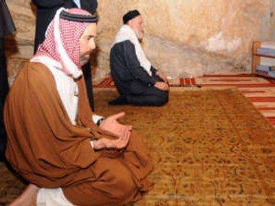 حماس تطالب الدول العربية بوقف الزيارات للقدس فورا، وتظاهرة بمصر لإقالة المفتي