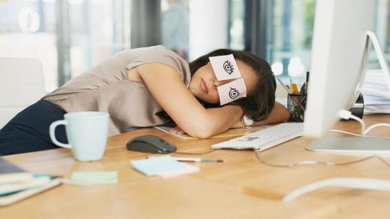 """طبيب يكشف مدة """"القيلولة المثالية"""" لتجنب مضار نوم النهار"""