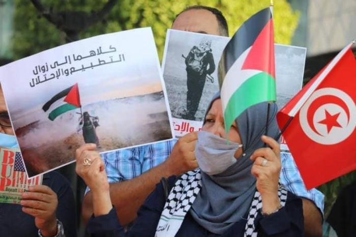 """صور   """"التطبيع عدوان واستسلام وخيانة.. المقاومة هي الحل"""".. تونسيون يتظاهرون رفضا للتطبيع"""