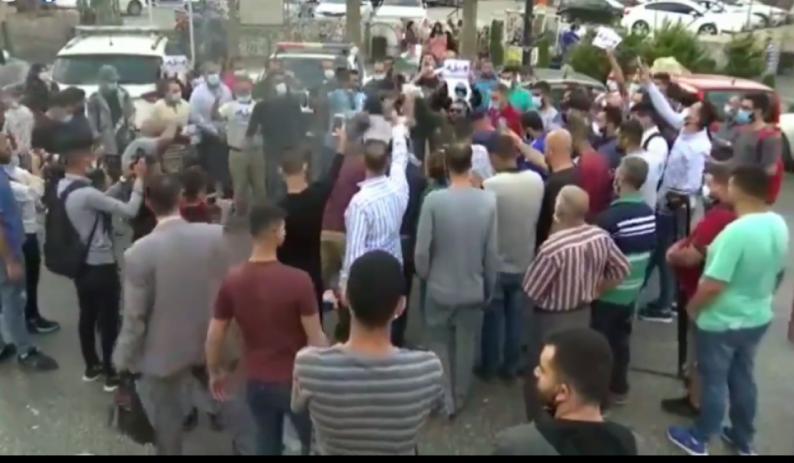 فيديو| متظاهرون في رام الله يحرقون العلم الفرنسي رفضا للرسومات الفرنسية المسيئة للرسول