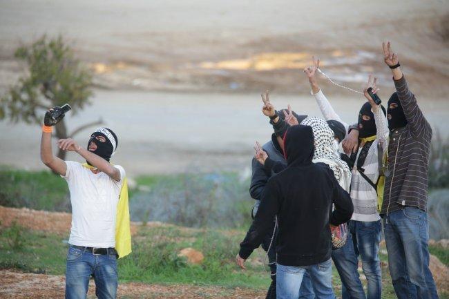 الاحتلال يعتقل أربعة فتية ويصيب مواطنا في الرأس بمواجهات في بيت أمر