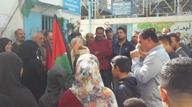 فلسطينيو سوريا يعتصمون أمام مقر الأونروا في مخيم البداوي