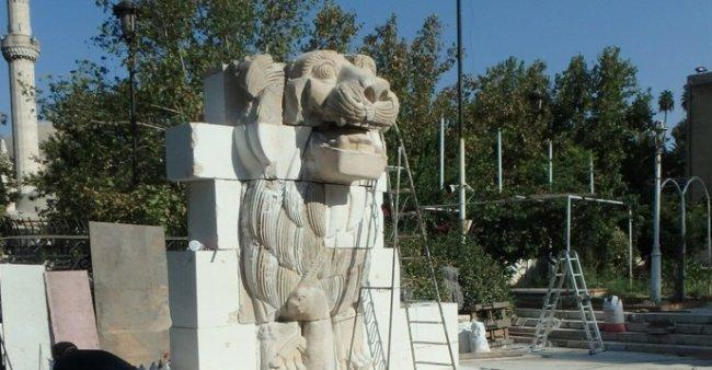 """سوريا..الانتهاء من ترميم """"تمثال أسد أثينا"""" بعد أن دمرته """"داعش"""""""