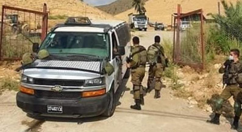 الاحتلال ينصب بوابة على أراضي دير كريمزان ببيت جالا