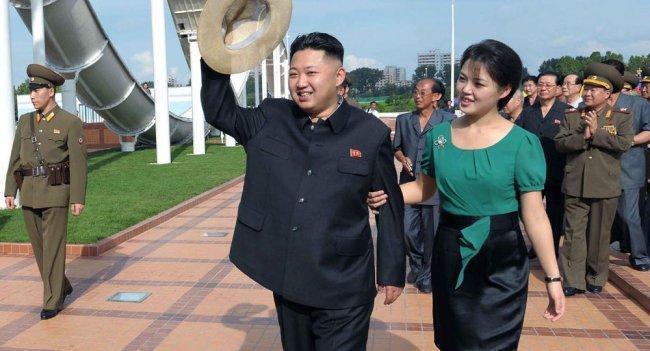 فيديو  الزعيم الكوري الشمالي يدفع بصحفي بعيدا عن طريق زوجته