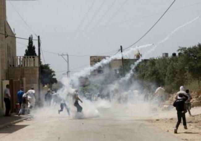 فيديو .. الاحتلال يصيب شابا ويعتدي على الصحفيين في كفر قدوم