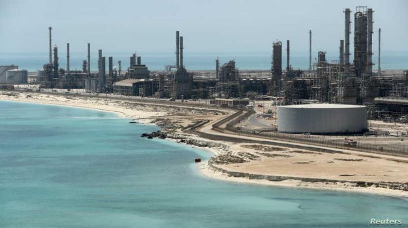 بطائرات مسيّرة وصواريخ باليستية.. القوات اليمنية تستهدف أكبر ميناء نفطي في السعودية