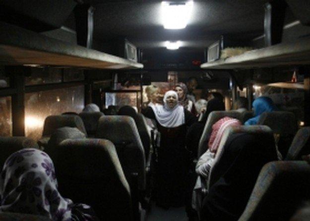 مغادرة 73 من أهالي أسرى غزة لزيارة أبنائهم في 'رامون'