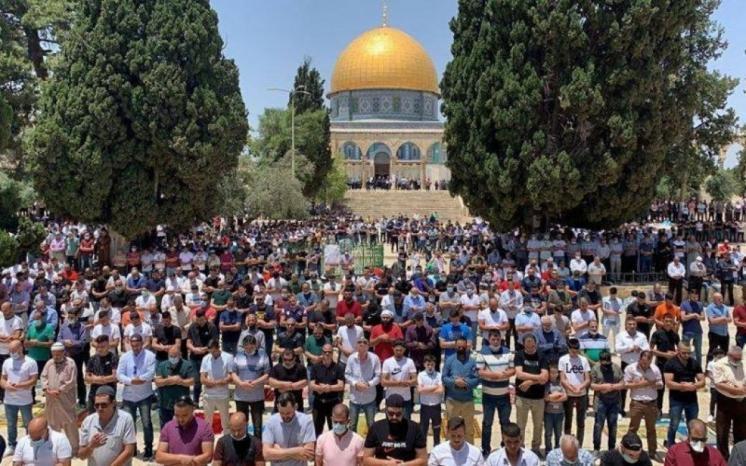 """50 ألف مصلّ يؤدون """"الجمعة"""" في المسجد الأقصى المبارك بعد إعادة فتحه"""