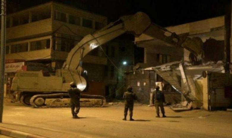 الاحتلال يهدم 30 منشأة على حاجز قلنديا