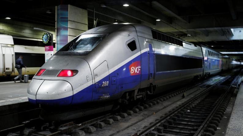 فرنسا: إضراب مستمر لليوم الخامس وشلل في حركة وسائل النقل