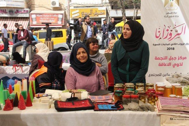 """صور: ابداعات نسوية.. """"الروزنا2"""" بازار لتمكين النساء وتسويق منتجاتهن"""