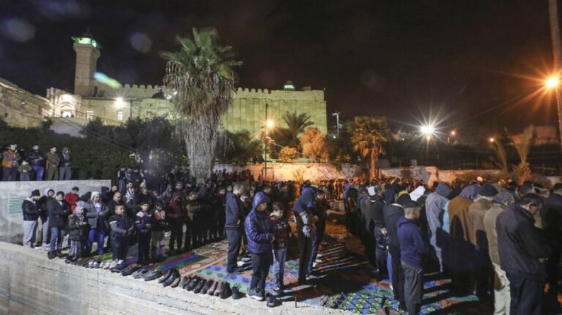 آلاف الفلسطينيين يصلون الفجر في الحرم الإبراهيمي