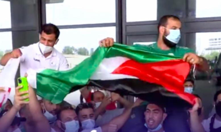 محملا على الأكتاف وبأهازيج فلسطين.. هكذا استقبل الجزائريون بطلهم نورين بعد رفضه مواجهة لاعب إسرائيلي