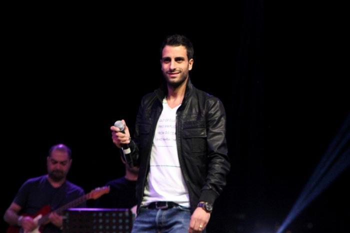 معجب يتسبب في إصابة طوني قطان بحفل في مهرجان ليالي القلعة الأردني !