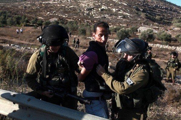 قوات الاحتلال تعتقل 3 مواطنين بينهم مقعد في بيت لحم