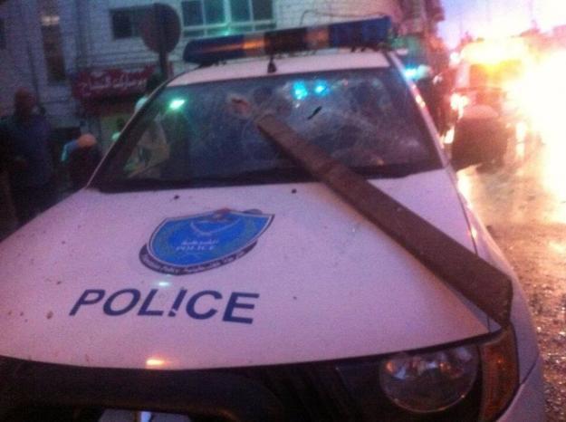 شبان يهاجمون مركز شرطة رام الله بالحجارة والشرطة ترد بإطلاق نار في الهواء لتفريقهم