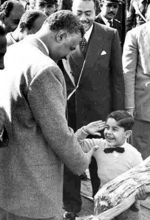 بالصور الطفل عبد الفتاح السيسي يقدم التحية العسكرية لـ جمال عبد