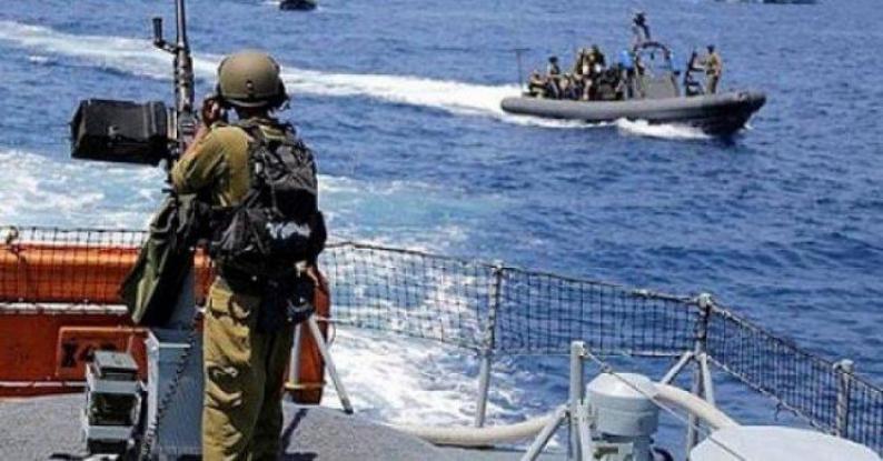 إطلاق قنابل إنارة من قبل زوارق الاحتلال في بحر شمال غزة
