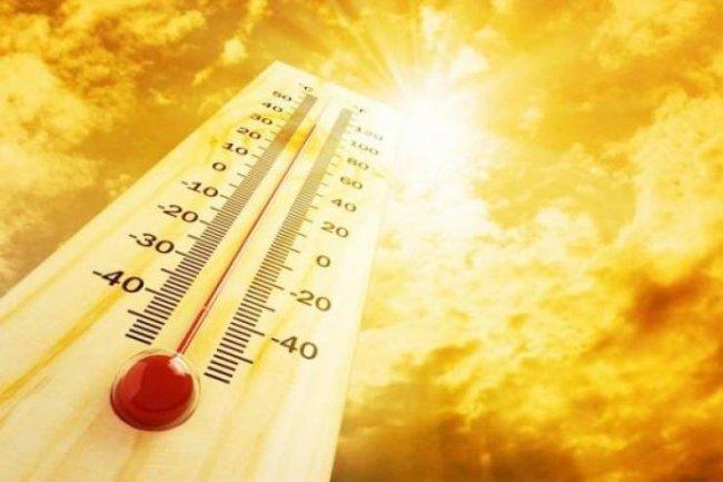 الطقس: يكون الجو حاراً ودرجات الحرارة أعلى من معدلها