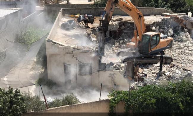 محدث| بلدية الاحتلال تهدم منزلين لعائلة الرجبي في بيت حنينا