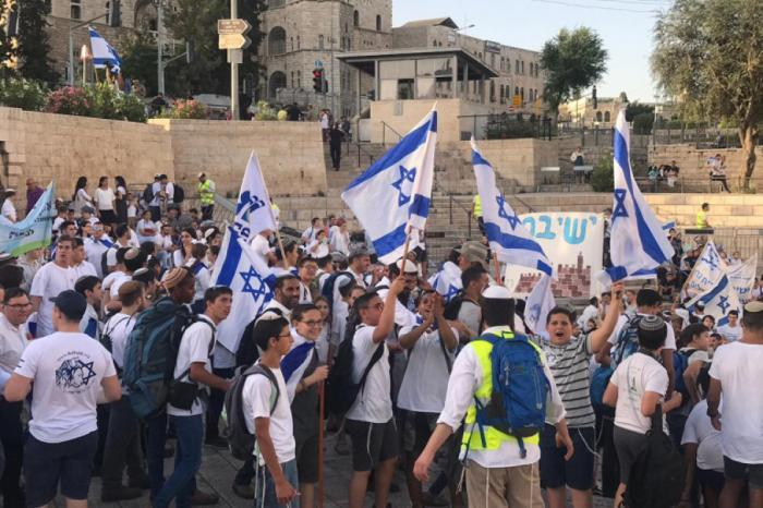 شرطة الاحتلال تسمح بمسيرة الاعلام في ساحة باب العامود