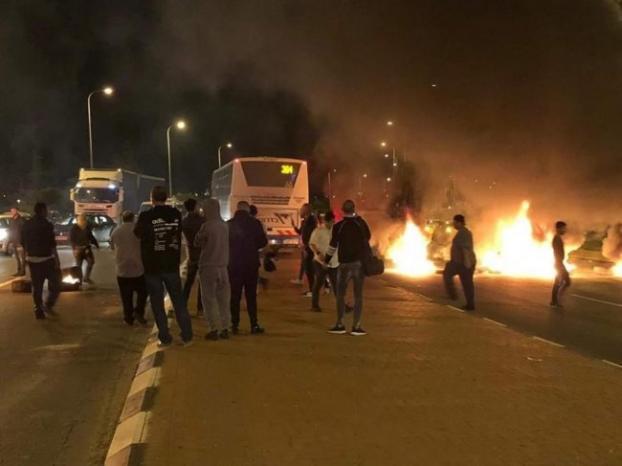 مستوطنو سديروت يتظاهرون لليوم الثاني احتجاجا على وقف اطلاق النار