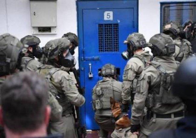 الاحتلال ينقل جميع أسرى عسقلان تعسفياً إلى سجون أخرى