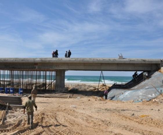سقوط جزء من جسر وادي غزة على شارع صلاح الدين