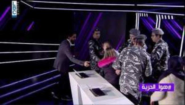 فيديو .. الدرك اللبناني يقتحم برنامج تلفزيوني لاعتقال شاب