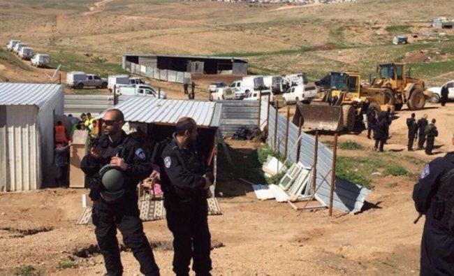 """الاحتلال يدمر """"كرفانا"""" ويهدم جدارا جنوب الخليل"""