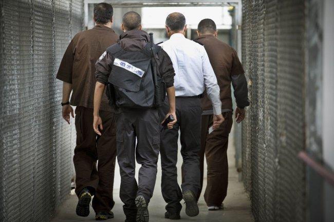 """قوات """"النحشون"""" تجبر الأسير المريض محمد الخطيب على السير وهو مقيد"""