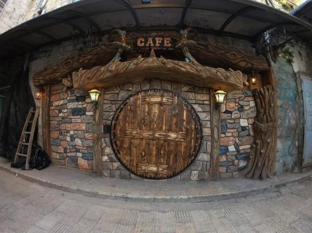 """""""بيت الشجرة """".. مقهى في نابلس مصمم على شكل قصص المغامرات والروايات القديمة"""