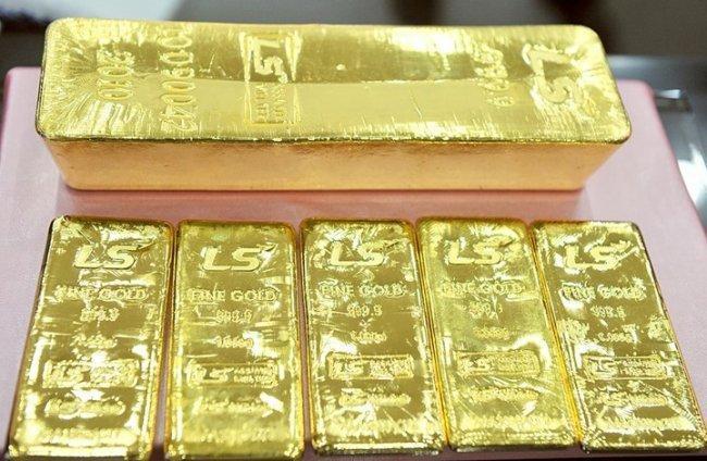 الذهب يتراجع مع صعود الدولار بعد اجتماع ترامب وكيم