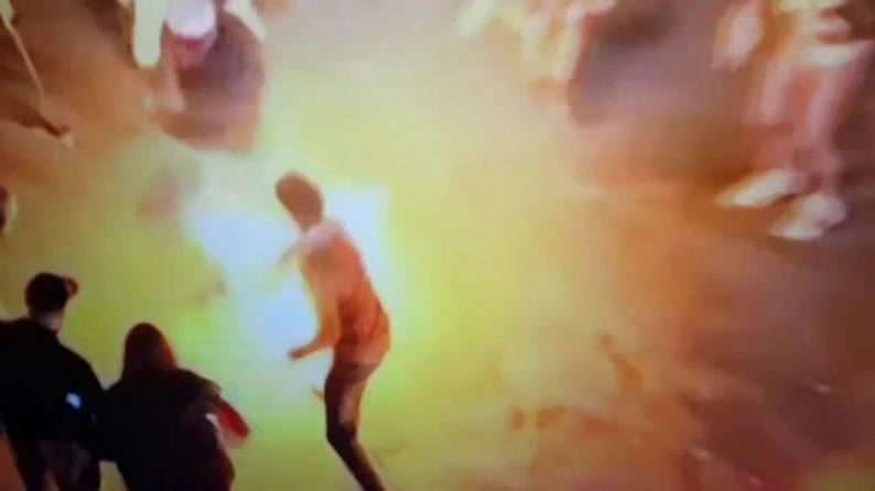 فيديو | متظاهر لبناني يحرق نفسه بين الحشود في ساحة رياض الصلح