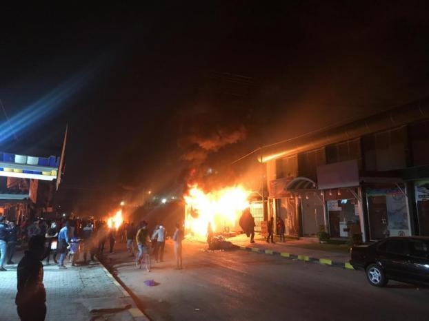 محتجون عراقيون يحرقون مبنى القنصلية الإيرانية في النجف