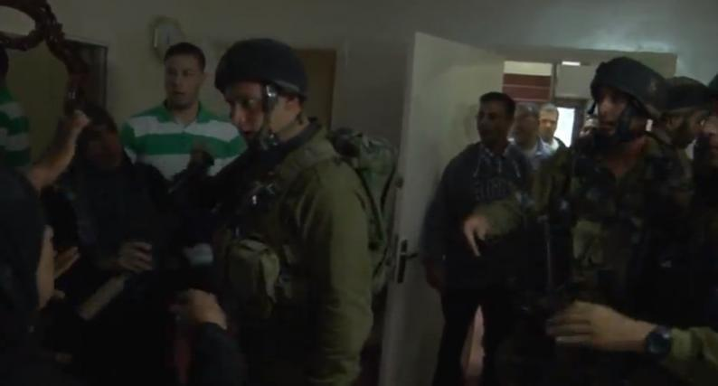 بالفيديو.. أهالي سلواد يطردون جنود الاحتلال من منزل بطريقة مهينة